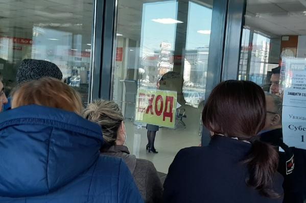 В МФЦ пускают по пять человек, остальные посетители толпятся в душном помещении