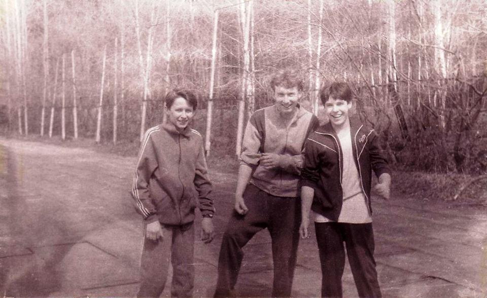 На этом снимке — первокурсники ГФ НГУ в сентябре 1991 года во время занятий физкультуры. Современные спортивные костюмы сильно отличаются от своих предшественников