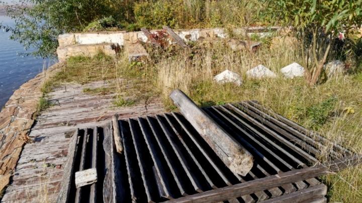 На Шарташе сломали забор, из-за которого люди не могли свободно пройти к озеру