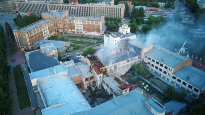 Высокинский поспорил с подчиненной из-за стоимости ремонта сгоревшего центра культуры на Уралмаше