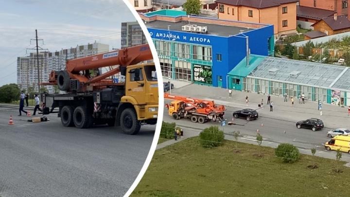 Появилось видео смертельного ДТП на улице Губернской, где автокран переехал девочку-подростка