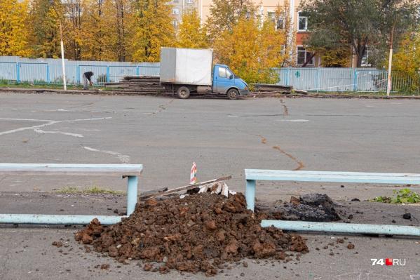 Старые хоккейные площадки преобразят до начала сезона. Это площадка на Салавата Юлаева, и здесь уже начались работы