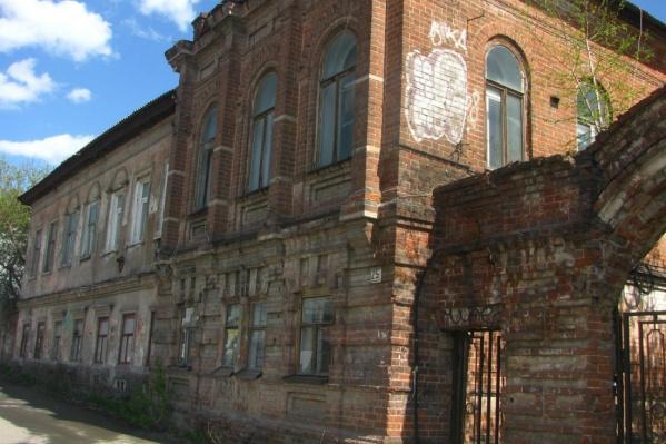 """Одна из особенностей <nobr class=""""_"""">здания —</nobr> арочные ворота и сложный декор из резного кирпича"""