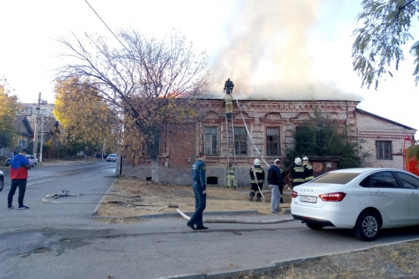 Дом-памятник загорелся с крыши, подняв в воздух заметный издалека столб дыма