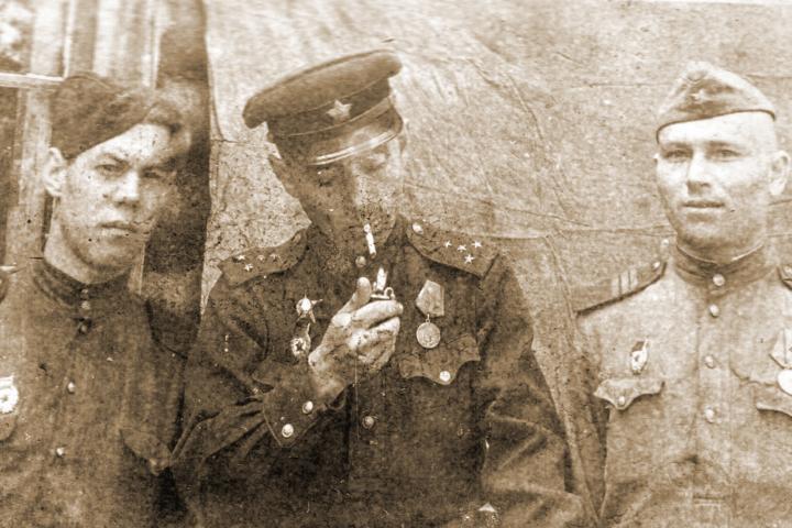 На войне ВикторуНикифорову (слева) очень повезло с командиром (в центре). Он берёг его, как своего сына