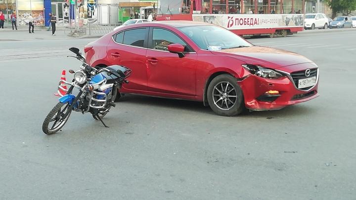 На ВИЗе подросток за рулём мопеда пострадал в ДТП с иномаркой
