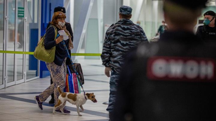 ОМОН встретил туристов, прибывших в Новосибирск из Бангкока