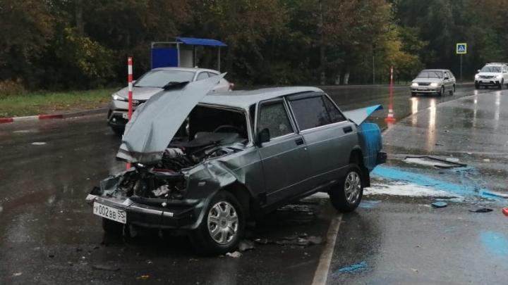 Водитель семёрки выехал на встречку и влетел в автобус — пострадали два человека