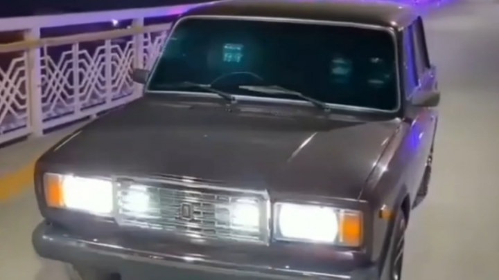 В Тюмени водитель «Жигулей» заехал на мост Влюбленных покрасоваться, но обрел проблемы с полицией