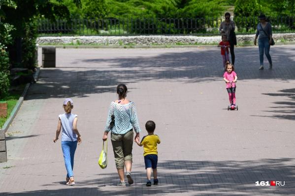 Родителям нужно придумать, как организовать детей в начале лета: отправить школьников на отдых в лагерь пока не получится