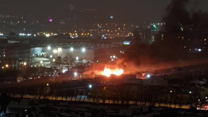 В Кировском районе недалеко от МЕГИ загорелась баня