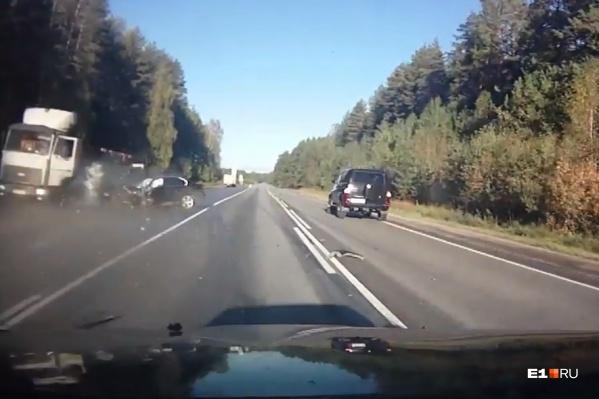 Момент жуткого столкновения: BMW на полной скорости отлетела в стоявший на обочине МАЗ