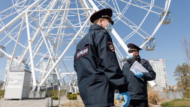 «Не забывайте надевать маски»: показываем, как полицейские патрулируют улицы в Волгограде