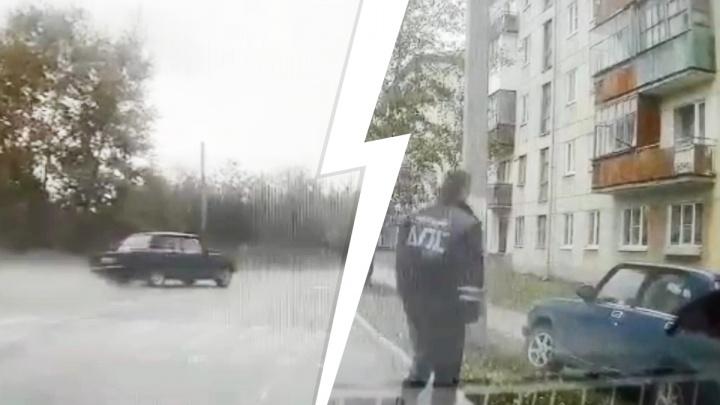 На Урале пьяный водитель ушел в занос и вылетел на тротуар: видео