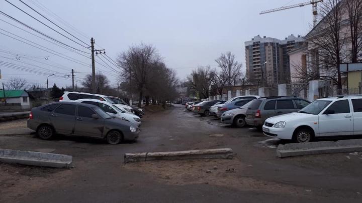 Прогулочная зона и дороги: в Волгограде обещают «причесать» запущенный участок перед областной больницей