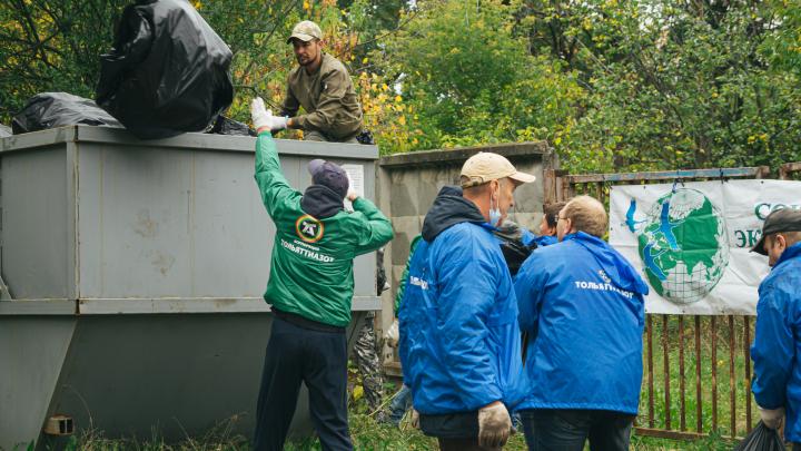 «За 2 часа собрали полный контейнер»: с Федоровских лугов вывезли мусор