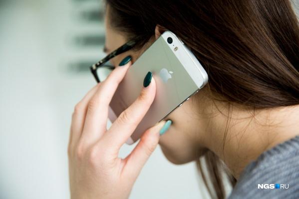 Часто мошенники просят установить на телефон специальное приложение. Они заявляют, что это ради безопасности, но на деле с его помощью списывают деньги с ваших счетов