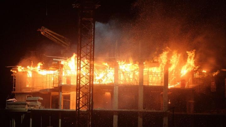 Ночью в Покровском выгорел этаж строящегося дома