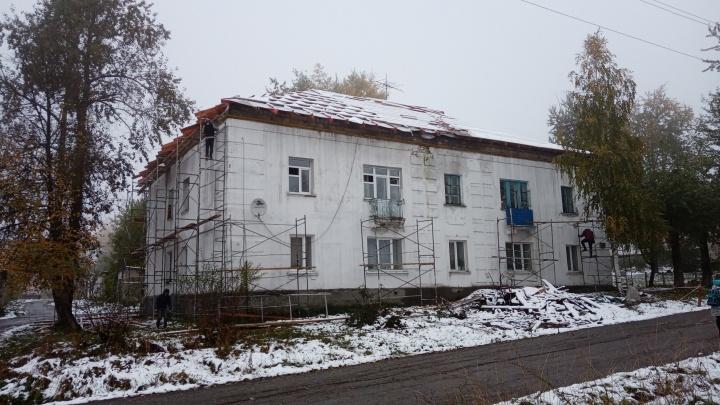 Встретили первый снегопад без крыши: в Прикамье подрядчик затянул капремонт дома на три месяца