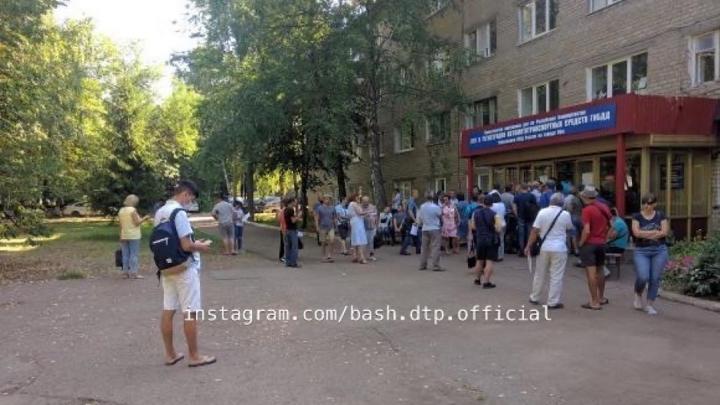 «Будем работать до 11 вечера»: Динар Гильмутдинов успокоил автовладельцев, застрявших в очереди у МРЭО