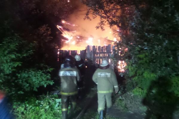 Ночью в Екатеринбурге сгорел деревянный дом в частном секторе<br><br>&nbsp;