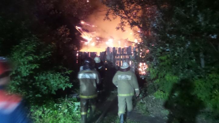 Местные жители уверены, это поджог: в частном секторе Екатеринбурга сгорел деревянный дом