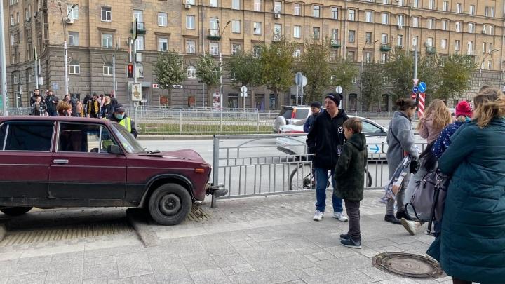 Вылетел на тротуар: в центре Новосибирска водитель «Жигулей» сбил женщину