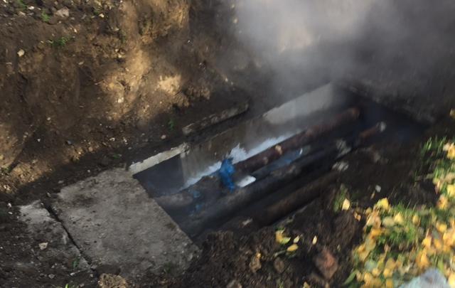 На Титова раскопали трубы — теперь там безостановочно льётся вода. И её не выключат до завтра