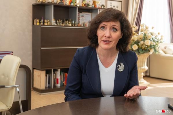 Людмила Серикова провела прямой эфир и записала обращение к родителям школьников