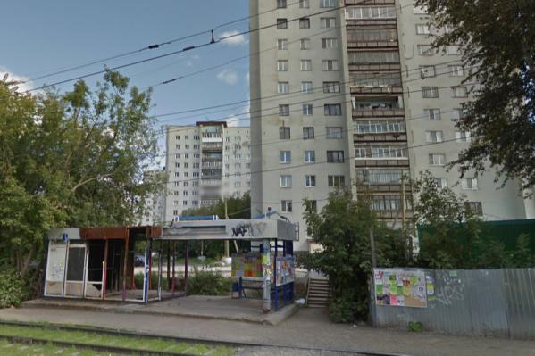 Жильцы дома № 4 на Кузнецова не могут получить обновленный двор