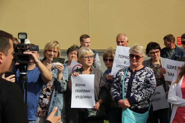 Жители Урдомы встретили врио губернатора с палакатами