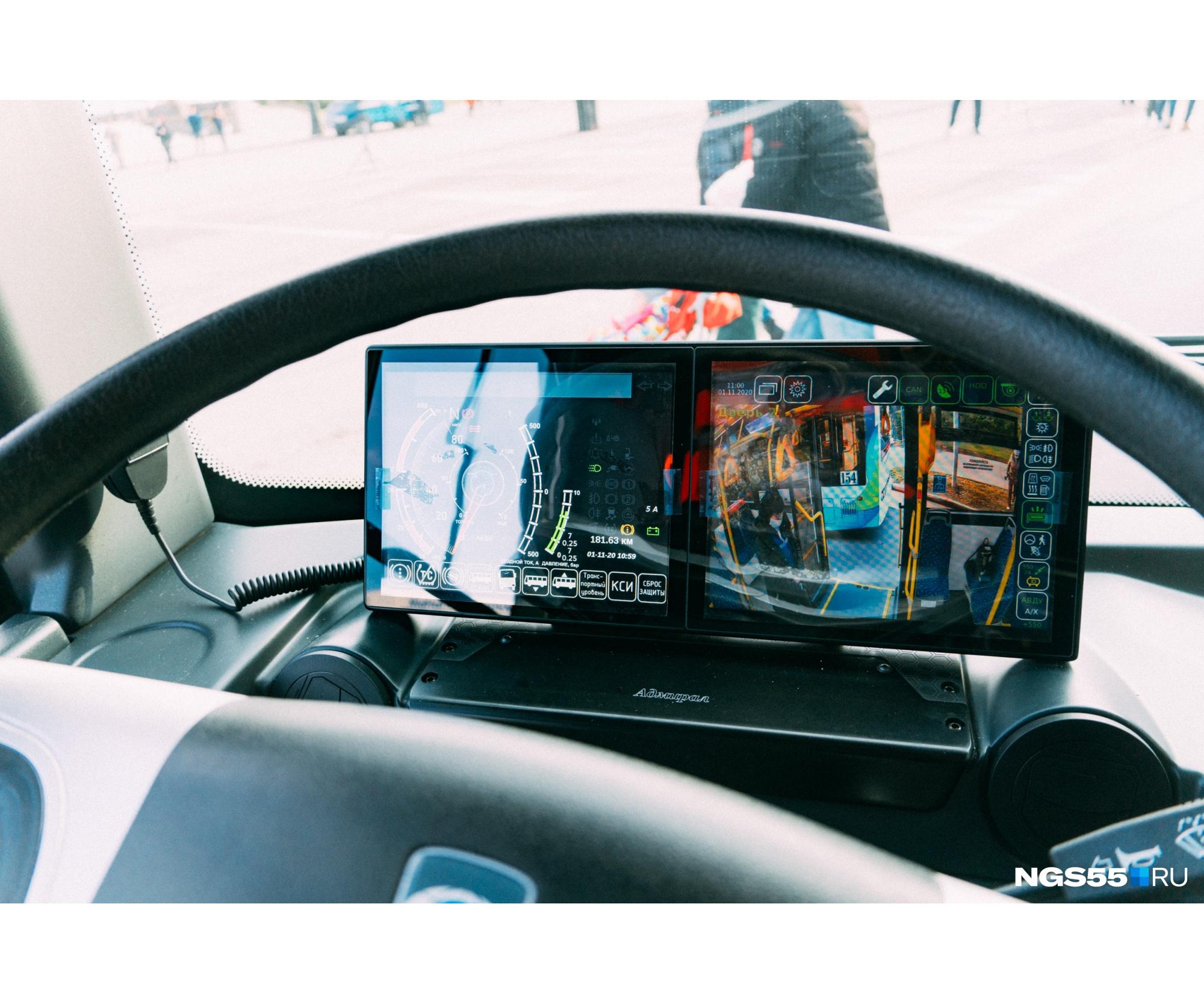 Перед рулем маленькая омичка могла увидеть экраны. Троллейбусы оснащены системами фиксации и оповещения водителя, наружной системой видеоконтроля посадки и высадки пассажиров<br>