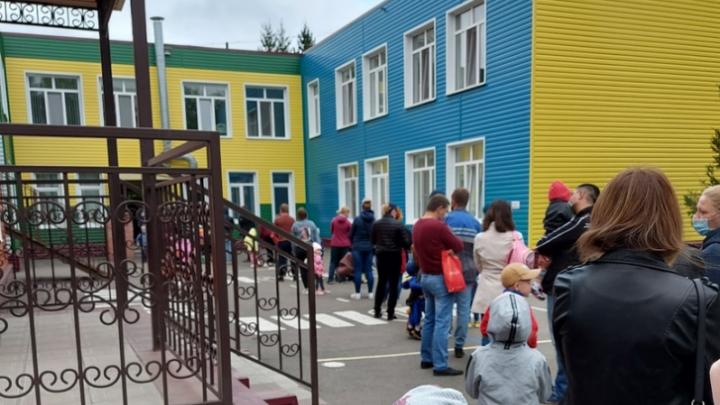 Прокуратура начала проверку из-за огромных очередей перед омским детским садом