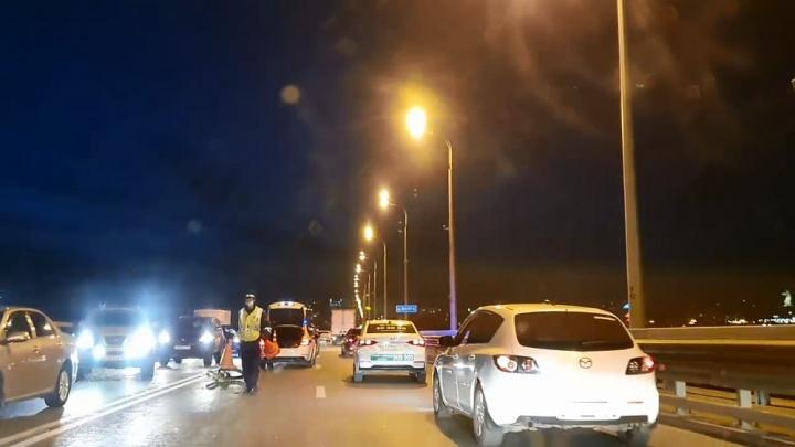 «Труп на дороге под покрывалом»: на «танцующем» мосту в Волгограде разбился байкер