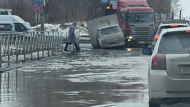 «Тонут даже грузовики»: жители Новосибирска жалуются на огромные ямы на дорогах