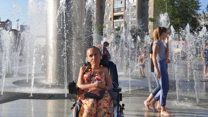 Сотрудники МЧС подняли девушку на инвалидной коляске на руках на десятый этаж