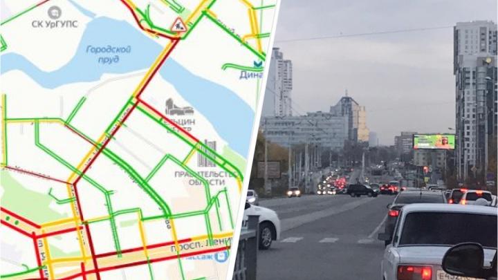«Полтора километра едем более 20 минут!» На Макаровском мосту машины встали в глухую пробку