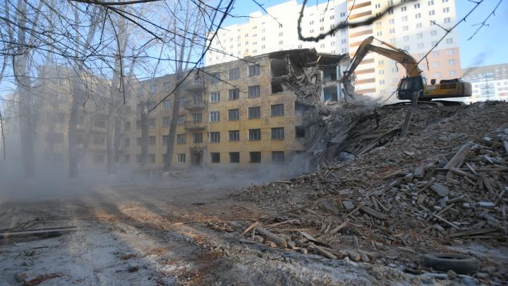 Четверть здания уже превратили в труху: в Екатеринбурге начали сносить старое общежитие УрФУ