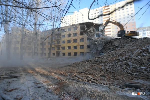 Демонтажом занимается «Группа ЛСР», которая построит на этом месте новое общежитие