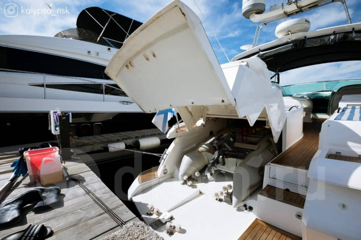 Внутри яхты прячется ещё и лодка