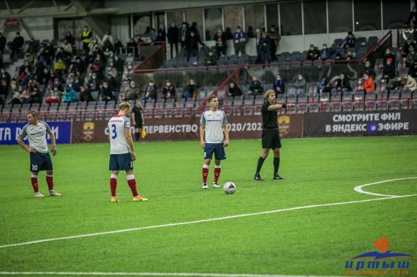 Александр Масловский (на фото футболист под номером 3) стал одним из героев матча