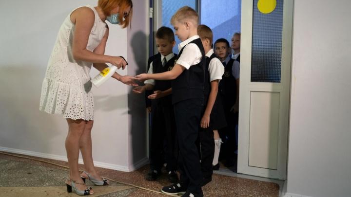 «Ходите на занятия, меняйтесь бактериями»: волгоградским школьникам отказали в переводе на дистант