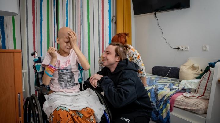 «Плакала от счастья, забыв про айфон»: Александр Петров исполнил последнюю мечту больной девочки