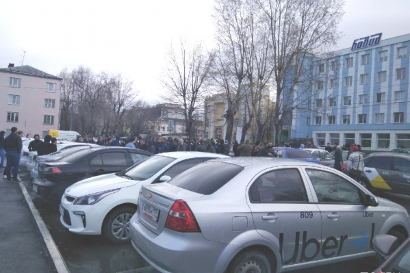 Таксисты устроили акцию протеста возле ледового дворца «Трактор» на улице Савина