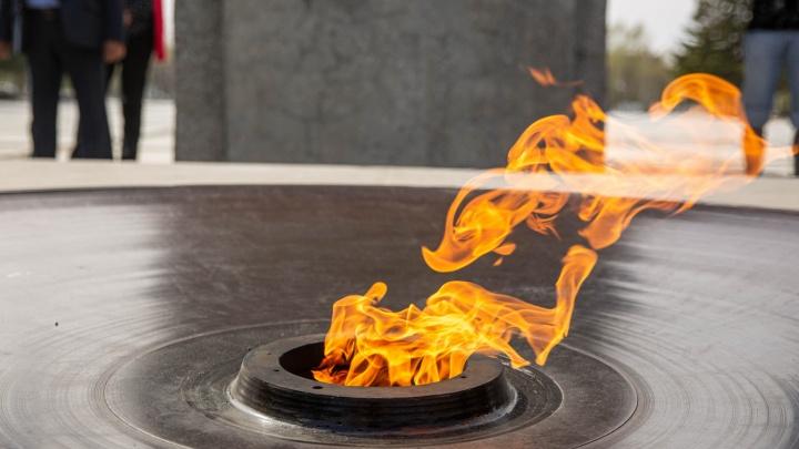 На новосибирский Монумент Славы вернули обновлённую чашу Вечного огня