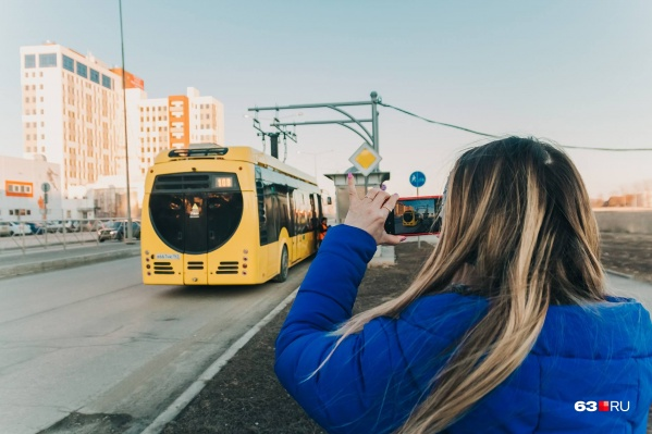 На конечной станции в Южном городе. Электробус пользуется большим успехом у местных жителей