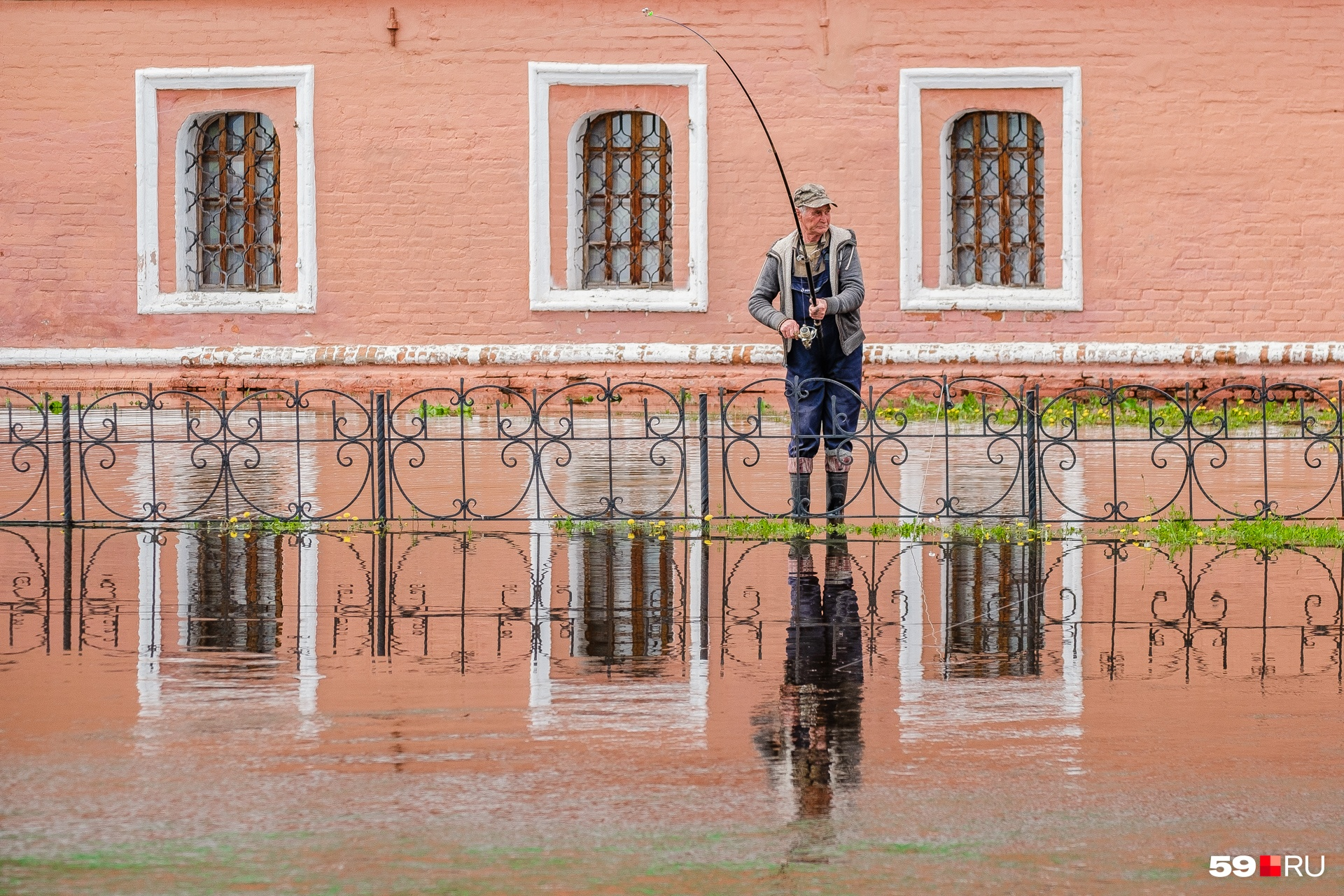 Мужики теперь рыбачат около музея «Строгановские палаты»