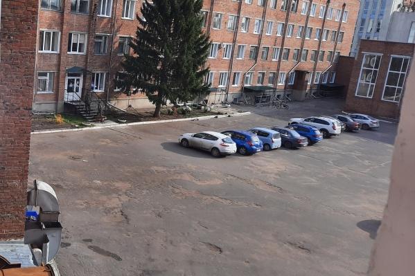 По словам очевидцев, корпус омского медколледжа эвакуировали в 10:20