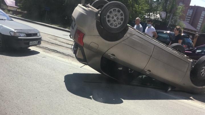 «Тойота» перевернулась на крышу и перекрыла трамвайные пути в Дзержинском районе