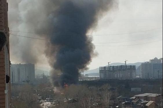 На Судостроительной серьезный пожар: эвакуируют жителей